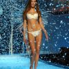 Victoria's Secret Fashion Show 2001 – Runway – Rie Rasmussen [x 18]